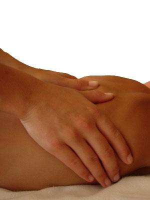 Osteópata tratando con terapia manual